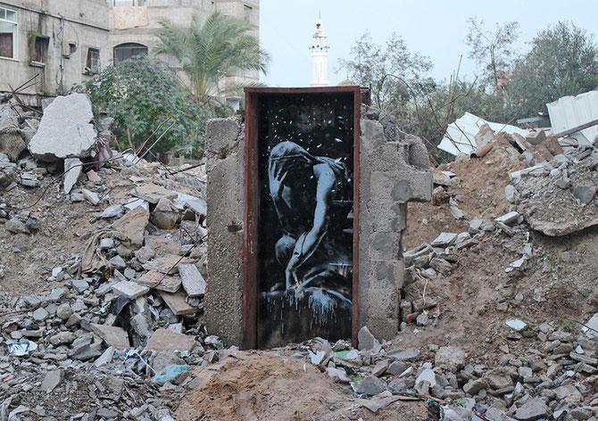 「Bomb Damage」:ロダンの「考える人」を本来の意味を無効化して、被曝に苦しむ人々に置き換えられている。