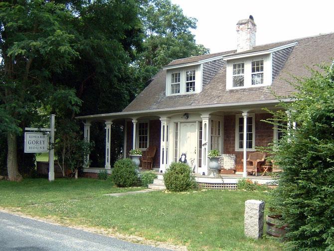 マサチューセッツ州ケープゴッドのゴーリーの自宅。大きく「エドワード・ゴーリーの家」と書かれてあるから間違いない。