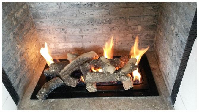 Offene Gasfeuerstelle mit Keramikholz auf Sylt
