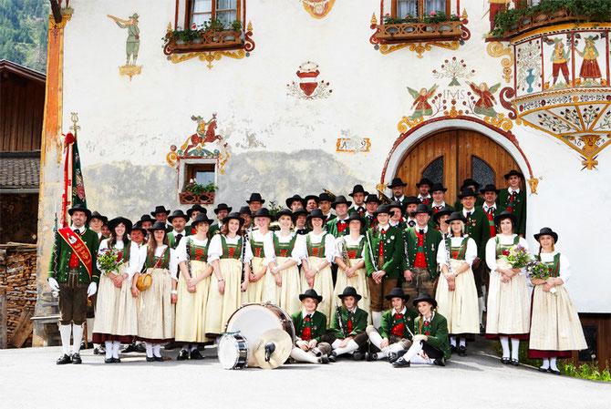 Die Musikkapelle Kauns im Sommer 2010 vor den Schlosshäusern.