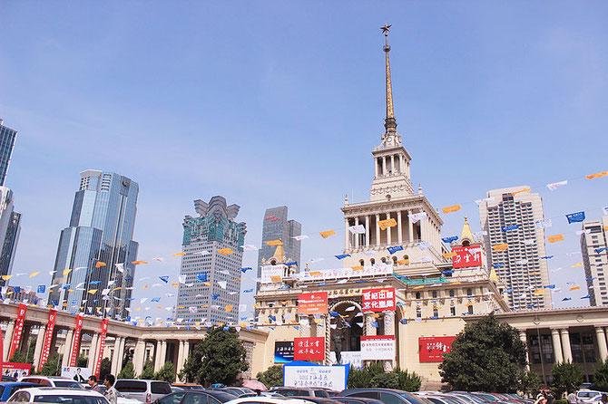 Shanghai Exhibition Centre 上海の中心部に位置する有数に展示場 Source: wikipedia