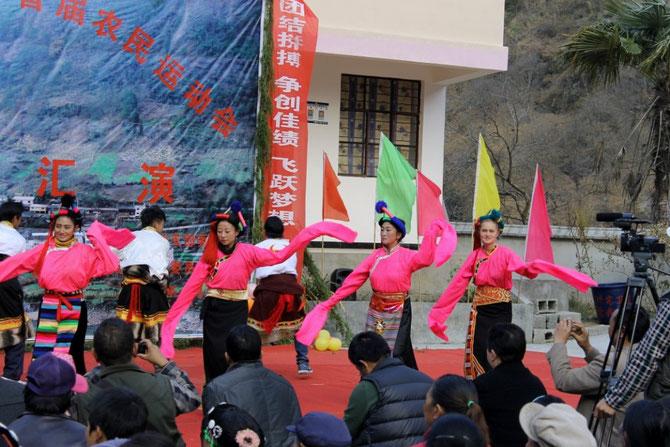 Helen tanzt tibetisch.