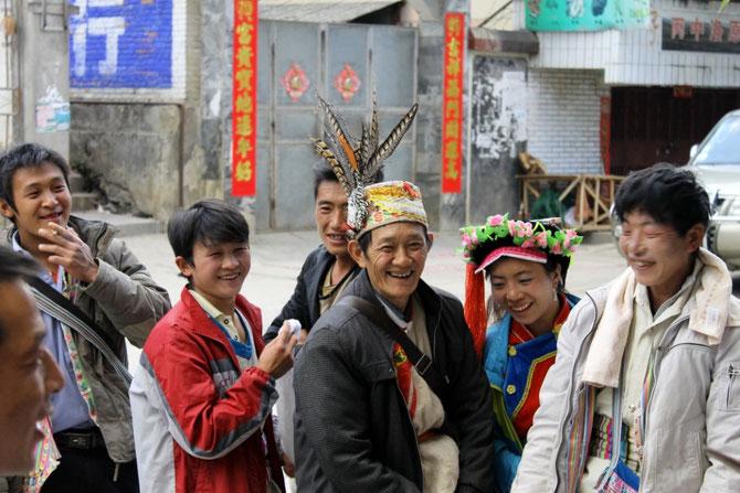 Mann in reich verzierter Tibeter-Tracht