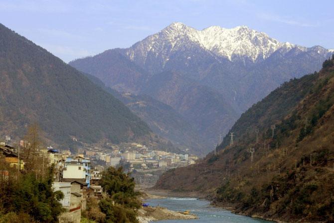 Gongshan-City + Schneeberg von der Cikai-City-Bridge