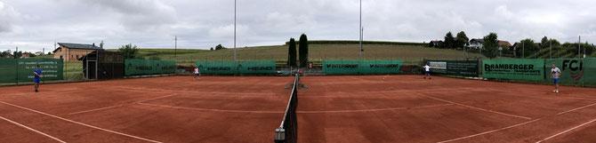 idyllische Umgebung, ganz links der Stockschützenverein, daneben der TC Moosbach mit anschliessendem Spielplatz und Beachvolleyballplatz