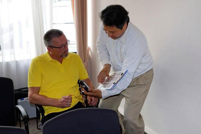 身体電圧の測定値について説明中
