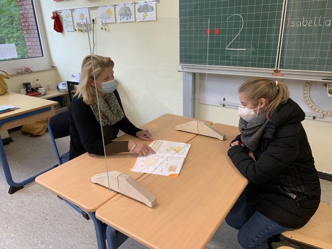 Auf Sicht. Bereits am letzten Freitag vor den Herbstferien hat uns der Schulträger mit Plexiglaswänden ausgestattet. Wir sagen Danke.