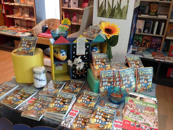 Büchertisch in der Buchhandlung Dichtung und Wahrheit, Hafenmarktpassage in Heilbronn