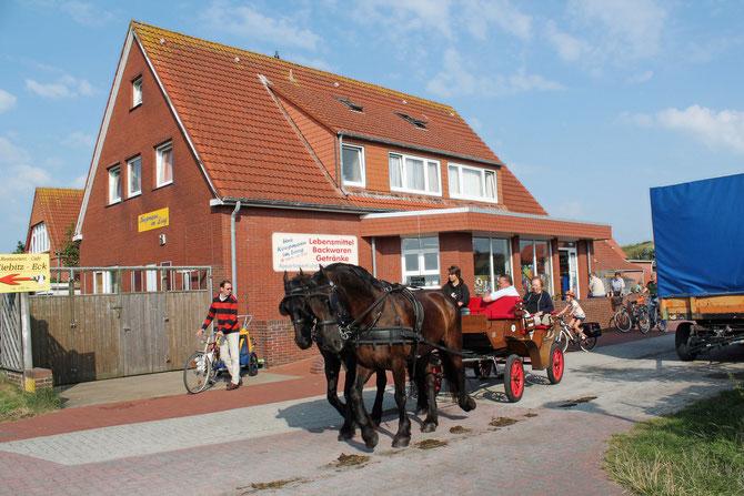 Auf der autofreien Insel Juist sind Pferdewagen oder Fahrräder die Fortbewegungsmittel.