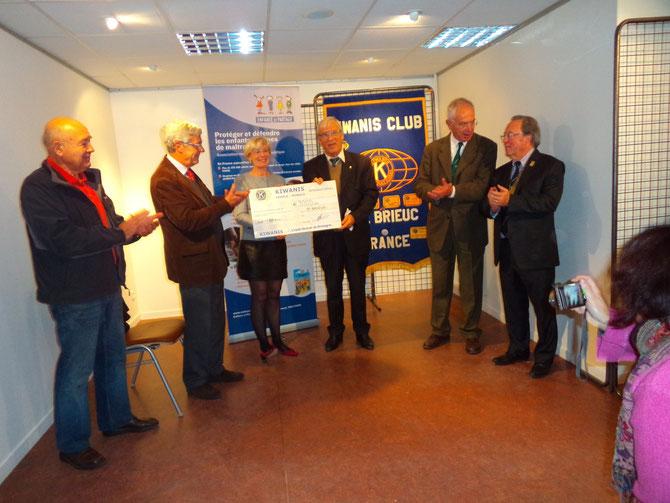 10 novembre 2013 remise d'un chèque de 3.000€ à Mme Isabelle Guillemet Présidente de l'association Enfance et Partage par le Président du KIWANIS Club de Saint-Brieuc, en présence de M. Blanc maire de Saint-Quay-Portrieux