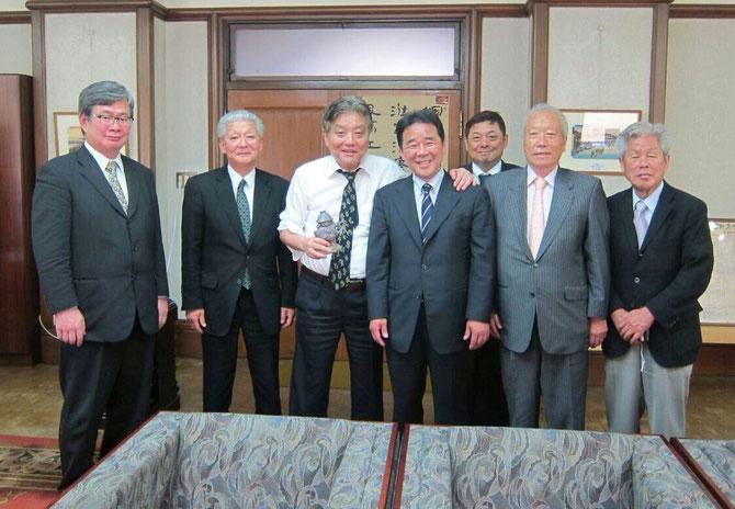 黒田官兵衛を手にする中央左・名古屋 川村たかし市長と竹中隆一議員 それに姫路の自民党会派の人たち。
