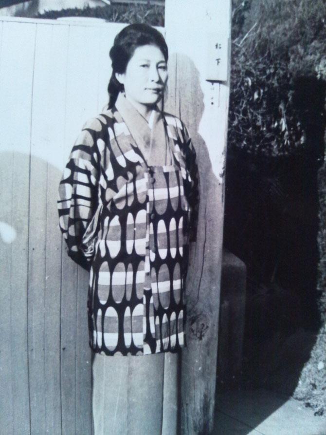祖母・福栄の反対を押し切り、料理屋の皿洗いなどをしながら自力で学費を稼ぎ・女子師範学校を主席で卒業した母・竹垣さよ子。当時は珍しくインテリジェンス(理知的考え)であった。今でも、母の事をよく知る人は多い。