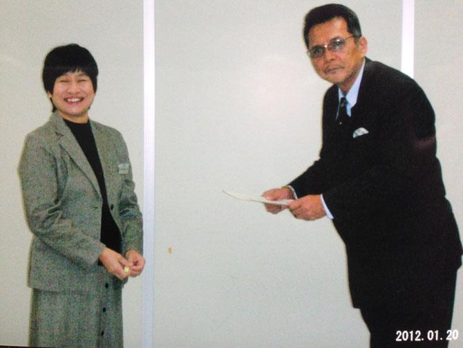 兵庫県庁舎にて五仁會認証を、庁舎職員から受け取る竹垣悟。