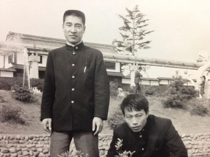 1970年前後・早稲田大学在学中の井上賢(右)と幡司勝治(左)早稲田大学雄弁会・卒業後笠岡市の市議会議長などを務め、岡山県日中友好協会の理事長を務めた先輩。