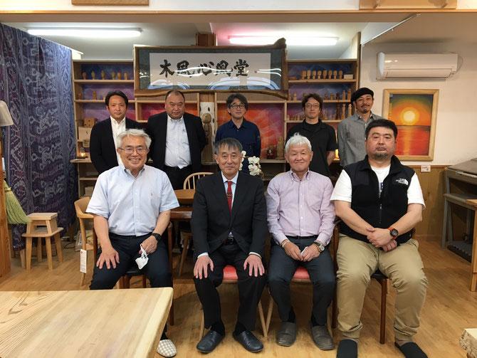 秋山社長を囲む。新規加入2名が参加し、会員拡大中。