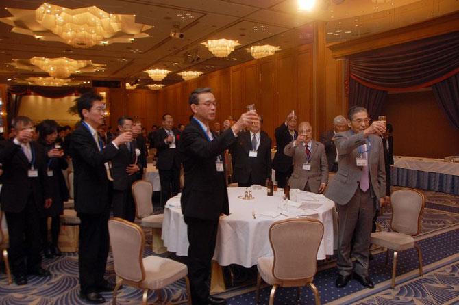 乾杯する、左から岸本幸宏産業技術センター副所長、藤巻均産業労働局長、高橋副理事長、神谷理事長など