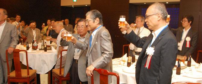 髙橋副理事長の発声で、参会者一同、乾杯。