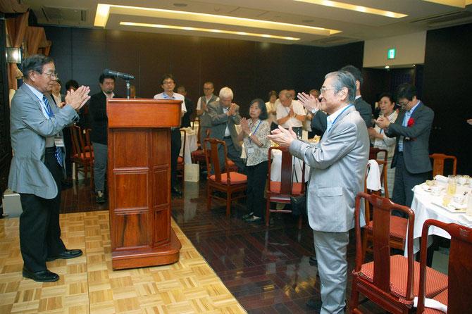 両組合の心を一つに、一本締め。神奈川県家具工業組合理事長、横内昭次郎氏