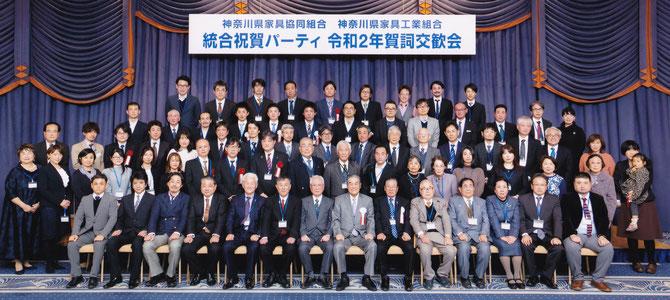 統合を祝い、参加者全員写真。