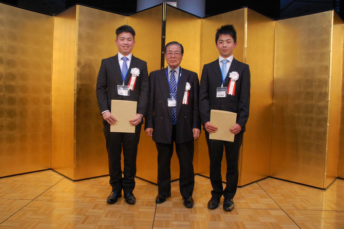 左から技能五輪全国大会銅メダル佐藤伸吾さん、横内理事長、敢闘賞の若泉和武さん。