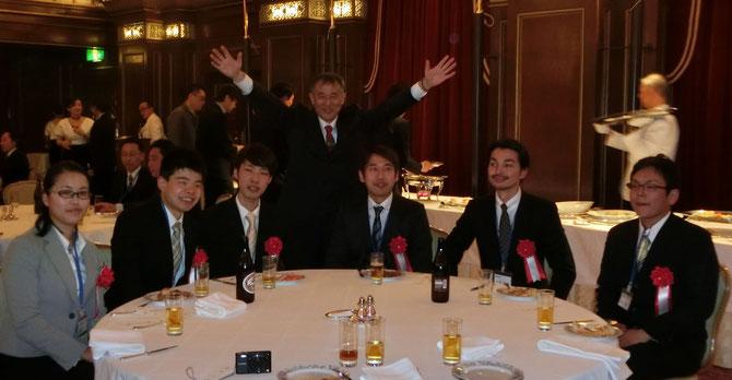 1級技能士を育成している秋山利輝社長と受賞の6名。