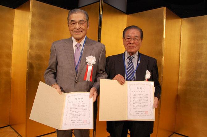 感謝状を贈られて、記念撮影する神谷理事長と横内理事長。