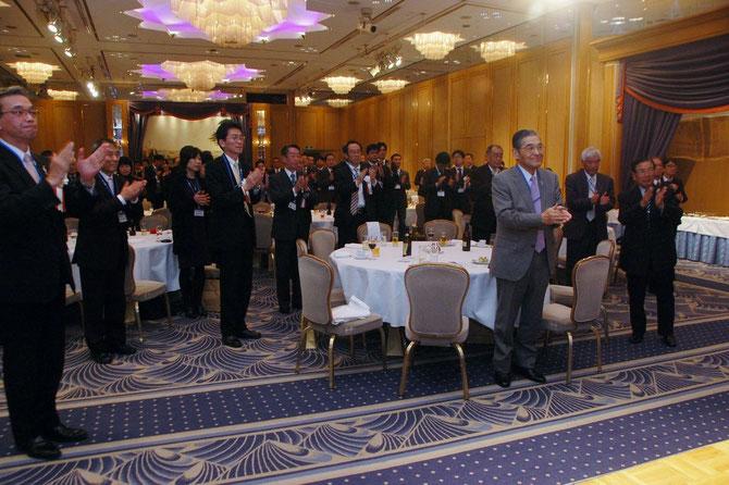 元気よく三本〆をする参会者一同。前列左から藤巻産業労働局長、岸本副所長、神谷理事長など。
