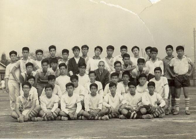 1965.10.10記念祭OB戦に参加した18期19期20期と岡田先生。