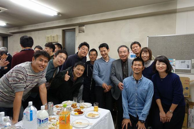 寺田名誉会長と大見氏を囲んで、46期と48期の参加メンバー