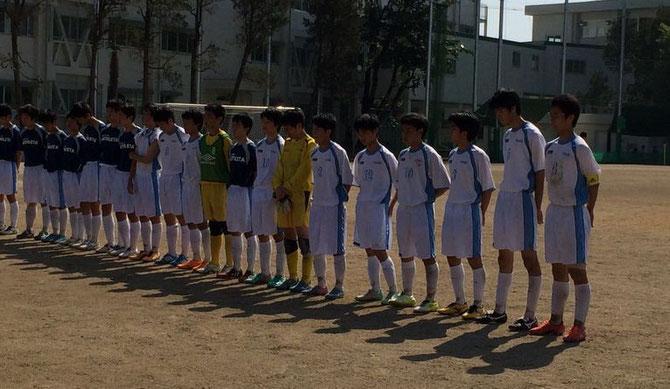 試合終了後、一同整列し、小倉主将(右端)が応援者(父母、OBOG、学友)などに御礼の挨拶を行う。
