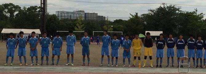 試合終了後、引退する小倉主将(中央5番)の挨拶。