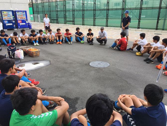 試合後の、ミーティング。横山先生を囲んで。