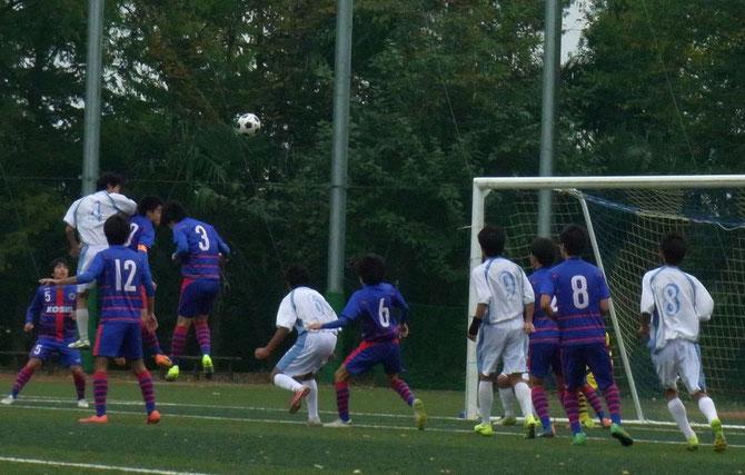 長身CB山崎(4)の強烈なヘディングシュート。ゴール前に詰める左から大村(6)、橋本(9)、坂本(8)