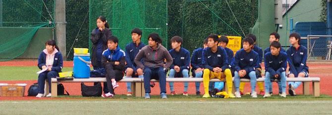 戦況を見守るベンチの平山先生、古矢コーチ、控えのメンバー、マネージャー