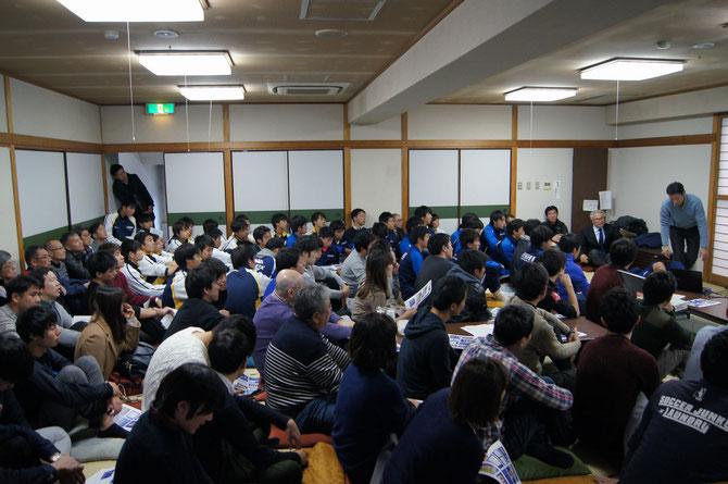 西高会館2階和室は、大見氏の講演を聞く110人の聴衆で埋め尽くされました。