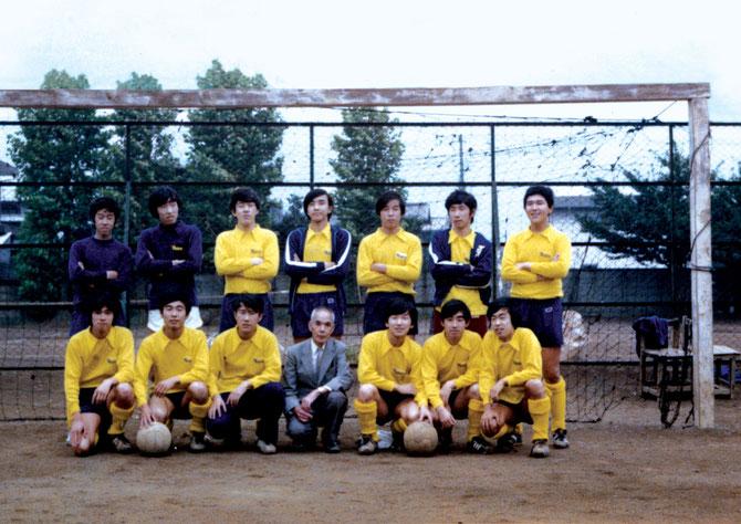 1971年10月、恩師岡田信吉先生を囲んで。24期(3年)13名、18才の雄姿。
