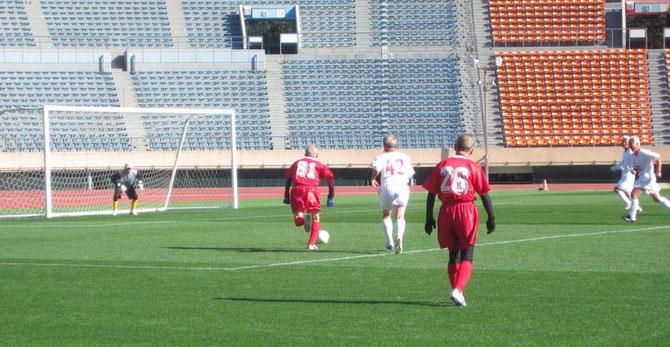 終了直前、ゴールへ突進し、シュートする中島氏(赤の81番)。惜しくもGKに阻まれ勝利を逃す。