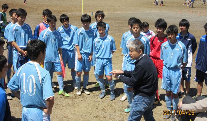 試合前に指導する寺嶋先生とイレブン。