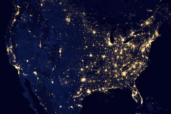 Les USA vus de l'espace de nuit. Chaque point lumineux correspond à une ville. Les zones noires correspondent aux territoires inhabités. Sources: NASA.