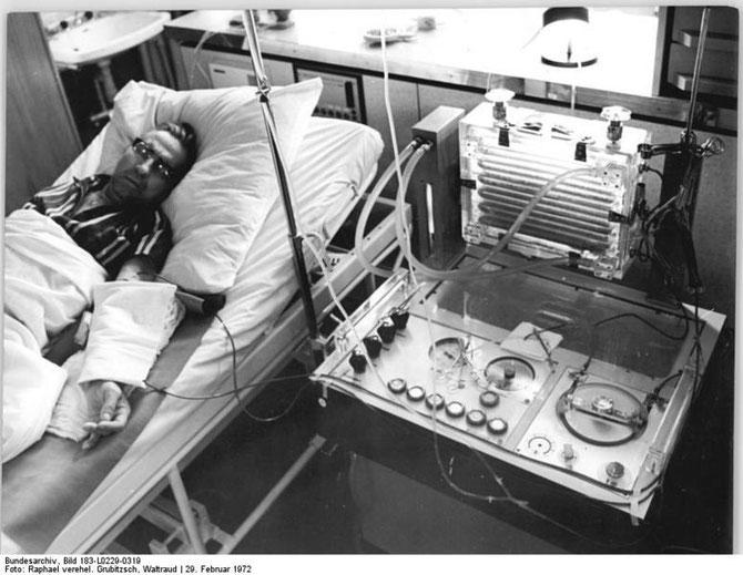 Homme relié à un appareil de dialyse. Sources: wikipédia.