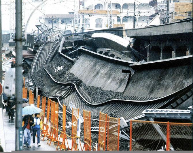 Voie de chemin de fer détruite par le séisme de Kobé au Japon.