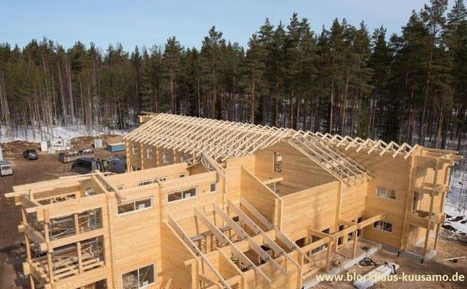Hier entsteht ein modernes Blockhaus-Hotel für max .60 Gäste. Lamellenbalken mit Balkenstärke 230x220 mm².