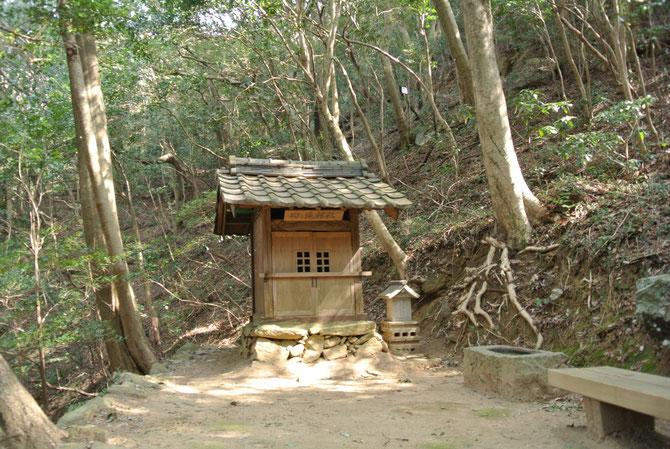 滝横の小さな神社