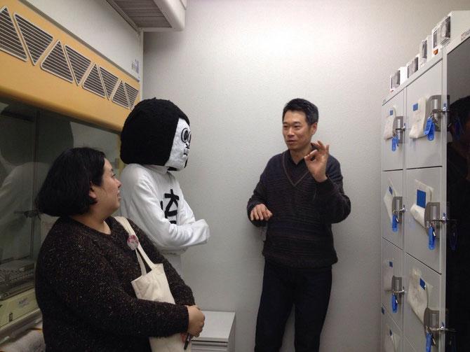 渡辺先生の説明を聞くオカザえもん