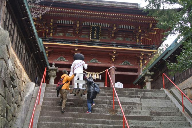 急な階段を上る一行