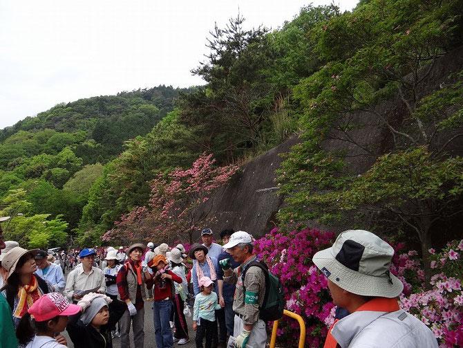 山の入り口で活動概要を説明、人の列は続く、ドローンにスピーカを付けて声を飛ばしてほしい。