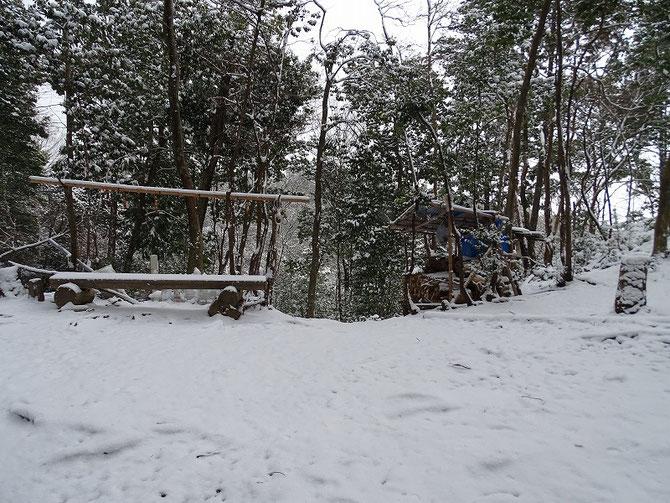 集合場所も雪が積もり、動物の足跡も消してしまう。