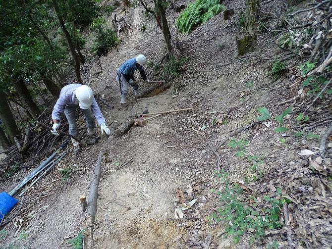 ☆山道作り 簡単そうに見えて、難しい、新人が1本仕上げる間にベテランは3本位仕上げはる。何でも道を究めるのは大変や。