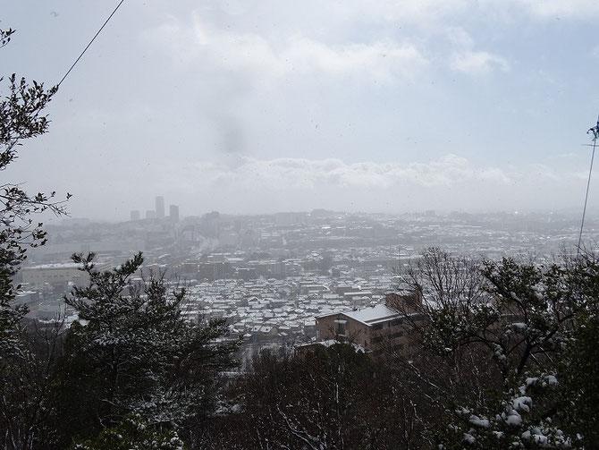 展望台から市内、大阪方面雲の中。
