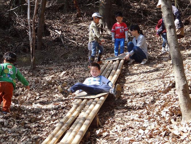 竹滑り台 段ボールを敷いて滑る、バラランスをとるのかコツみたい